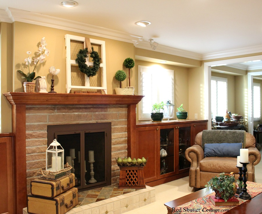 This Early Winter Living Room focuses on greenery and neutral colors to create a sense of welcome and warmth. www.redshuttercottage.com