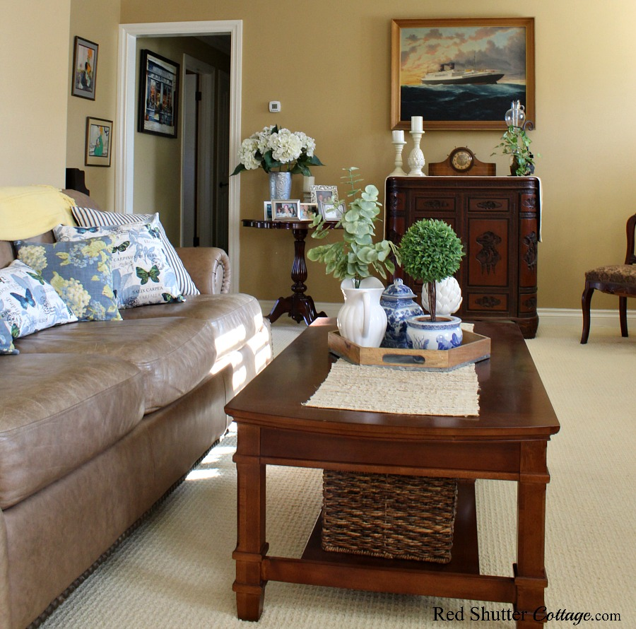 A mix and match of greens, blues and wood tones make up this springtime living room. www.redshuttercottage.com